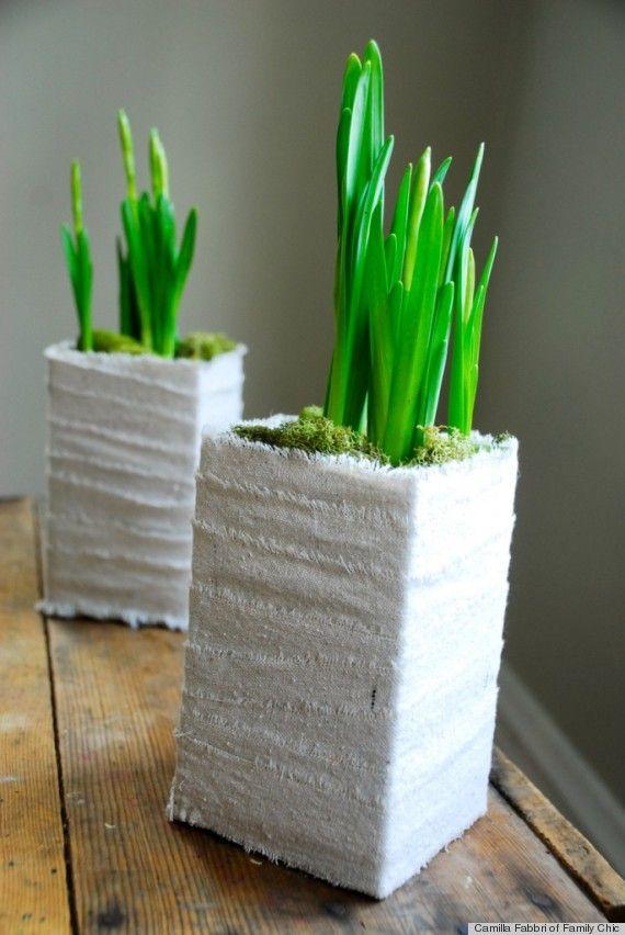 Milchkartons mit Gipsbinden umwickelt als Blumentopf