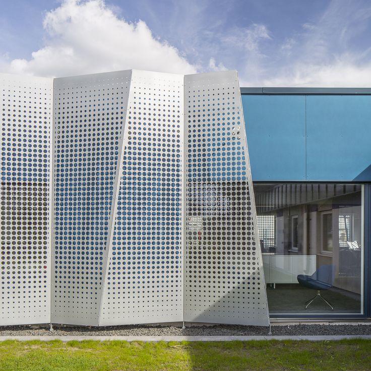 Büroerweiterung mit markantem Sonnenschutz