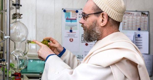 BBC Türkçe dergi de yayınlanan çok ilginç bir yazı Rahiplerin ürettiği şişesi 50 dolardan satılan Likörler ve biralar bu yazıda