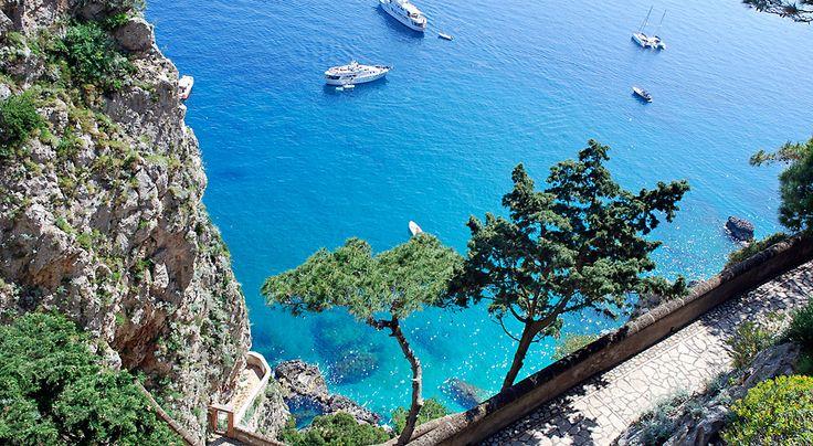 Napolinlahden kaunotar Capri viehättää hääpareja ja pariskuntia, jotka haluavat luksusta lomaansa. Lumoavalle Caprille tulee päivittäin tuhansia lomailijoita retkelle läheisistä lomakohteista. #Aurinkomatkat #Italia #Italy #Capri #AurinkoCapri