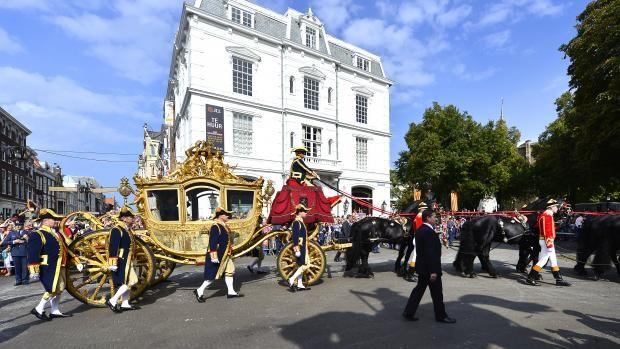 De Gouden Koets met koning Willem-Alexander en koningin Máxima. Tienduizenden toeschouwers langs de route die koning Willem-Alexander en koningin Máxima in de gouden koets afleggen.