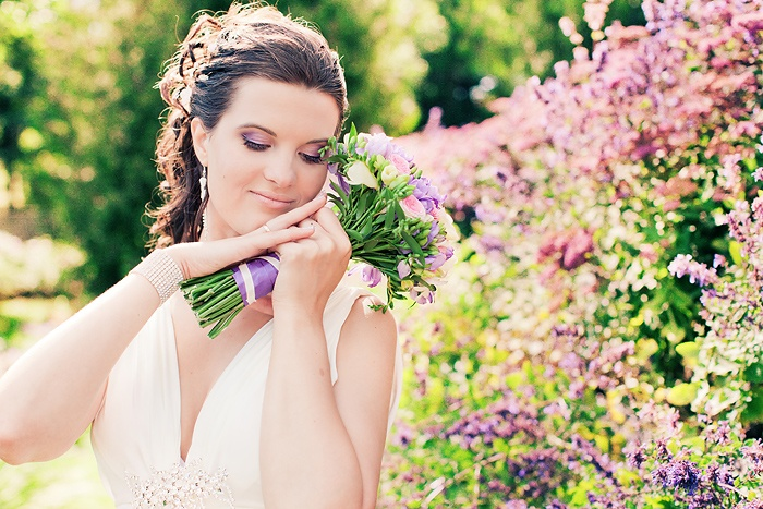 wedding bouquet and make up the same colors