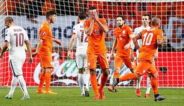 Wenn schon raus, dann richtig! -  Ganz Holland dreht's den Magen um. Oranje versagt gegen Tschechien, van Persie schießt ein Legenden-Eigentor. Die Türkei fährt dagegen als bester Dritter zur EM.  --- Glückwunsch Türkei!