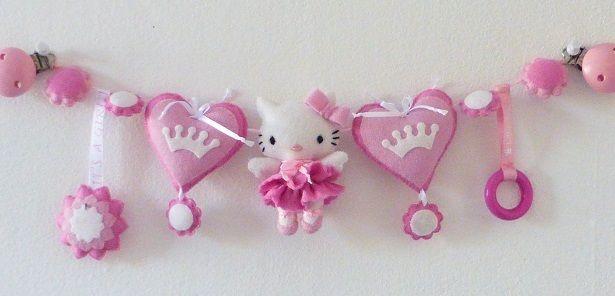Wagenspanner Hello Kitty  Is dit niet leuk voor in een kinderwagen van een pasgeboren meisje, zo schattig Er zit een rammel in een een houten ring bij, je bevestig de wagenspanner met houten speenclips