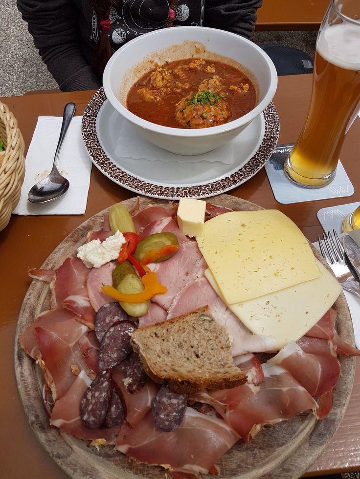 Zuppa di gulasch con canederlo e tagliere di affettati e formaggi Belluno Dolomiti Veneto Italia