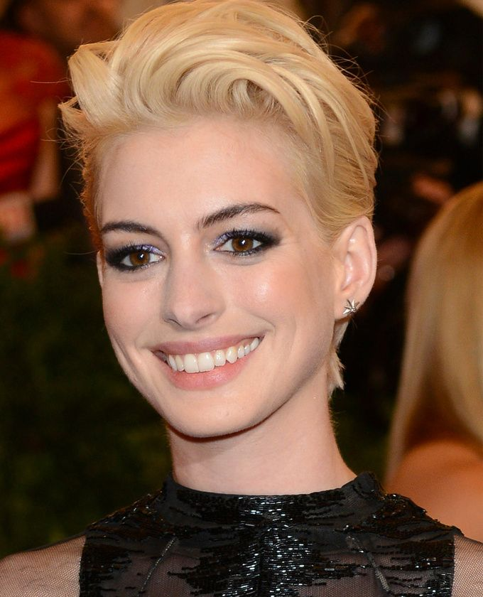 Anne Hathaway with #blonde hair.