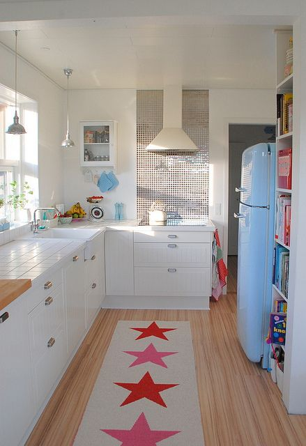 Small but cute kitchen. Love the rug.