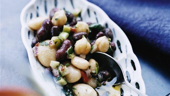 Skölj bönorna i kallt vatten och låt rinna av ordentligt. Blanda med övriga ingredienser och smaka av med salt och peppar.