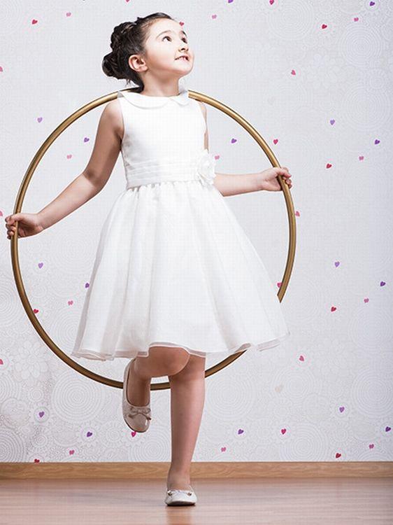 Bruidsmeisjesjurk Lula is een schattig jurkje. Een jaren 50 look! Vintage/Retro. Met een klein platliggend kraagje en een rok tot op de knie. Kijk op bruidskindermode.nl voor deze en nog veel meer mooie bruidsmeisjesjurken. Maar ook communiejurken en doopkleding en natuurlijk allerlei mooie accessoires. Trouwen, bruiloft, huwelijk, Vintage, communiekleding, bruidskinderkleding, kinderbruidskleding, kinderbruidsmode, kinderbruidsjurk, communiekleedje, bruidsmeisjeskleedje.