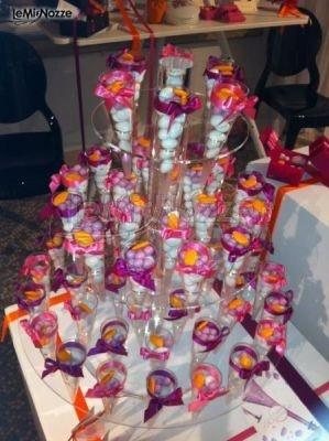 http://www.lemienozze.it/operatori-matrimonio/bomboniere/i-confetti-di-rosemarie/media/foto/15 Allestimento del tavolo dei confetti molto colorato per il ricevimento matrimonio