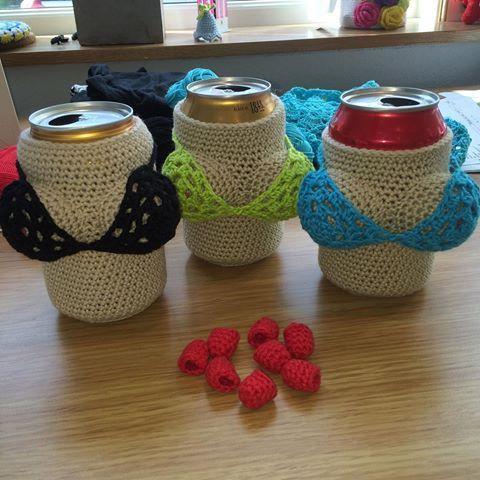 Virkade burkfodral . #virka #virkade #virkatburkfodral #virkadeölfodral #ölfodral #crochet #crochetbeercover #häkeln #haken #virkkaus #hekla