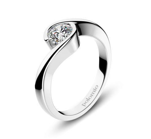 ZÁSNUBNÍ PRSTEN SEVILLA Polomio Jewellery.  Tak jednoduchý a lineárně čistý – a přitom svým designem upoutá nejeden pohled. Kámen je do prstenu zasazen tak, aby dokonale splynul s jeho tvarem. Díky tomu je prsten Sevilla velice pohodlný na každodenní nošení. Zásnubní prsten je možné obědnat v červené, růžové, bílé a žluté barvě zlata. Zásnubní prsteny jsou osazeny zirkony, brilianty, nebo moisanity.