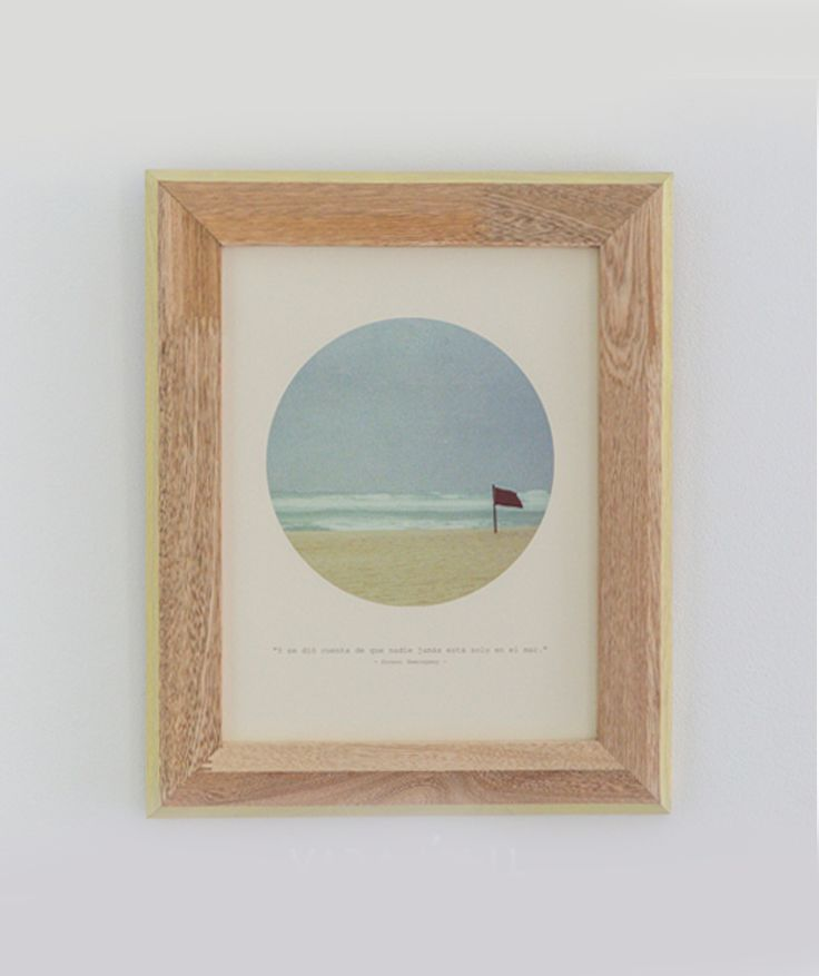"""""""Y se dió cuenta de que nadie jamás está solo en el mar"""" - Cuadro de mar, en madera de pino, fotografía de bandera en la playa y marco amarillo. $49.000 COP. Cómpralo aquí--> https://www.dekosas.com/productos/decoracion-hogar-vida-util-cuadro-de-mar-bandera-roble-amarillo-detalle"""