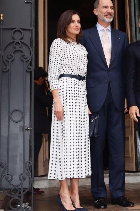 199cd5408 Letizia repite en Argentina uno de sus vestidos más bonitos de 2018 (y  Juliana Awada le  copia  el look)