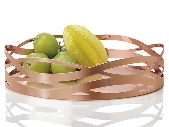 Nyt dekorativt fad med det harmoniske mønster, Tangle. Fadet med kobberbåndet funkler og tilfører et element af luksus til hjemmet. Brug det både som enkel dekoration i boligen eller til servering af brød ved bordet. Med Tangle fadet er det let at få tidens varme metaltrend ind i boligen.