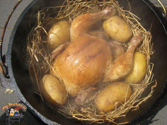 Chicken im Heunest Rezept drucken Rezept mit allen Bildern drucken Rezpet mit Rezeptfoto drucken Rezept nur in Textform drucken Portionen 2 Vorbereitungszeit 20 Minuten Kochzeit 1 Stunde, 30 Minuten Gesamtzeit 1 Stunde, 50 Minuten Zubereitung Dutch Oven bauchvoll.de Bauchvoll Zutaten 1 stück Hähnchen 5 Stücke Kartoffeln 1 bündel Heu 1 teelöffel Rosmarin 1 teelöffel Thymian …