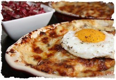 Croûte savoyarde- 2 gousses d'ail - 4 tranches de pain rassis - 20 cl de vin blanc de Savoie - 4 tranches de poitrine fumée - 200 g de beaufort (ou comté râpé) http://www.marmiton.org/recettes/recette_croute-savoyarde-ou-croute-au-fromage_16914.aspx