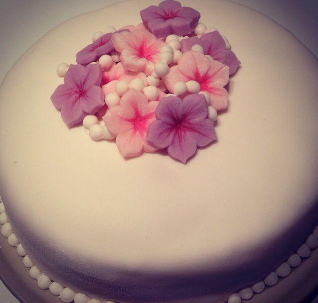Hallon och kesellafylld tårta