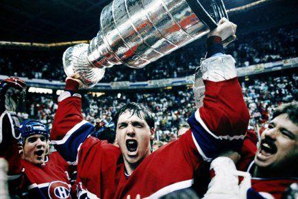 Belles couleurs! » Patrick Roy soulève la coupe Stanley après que le Canadien ait remporté la série contre les Flames de Calgary, en 1986.