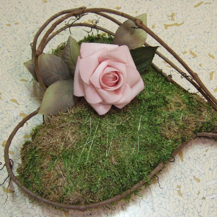 Srdce mechové 2 Srdce z mechu( velikost cca 42x26 cm ), na fotu s růžovou pěnovou růží, ale je opatřeno ampulí-lze vložit čerstvý květ růže( dle přání ). Malé srdíčko též dle přání. Možno zavěsit i použít jako podložku pod svatební prsteny. !