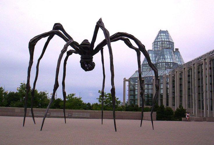 «Maman» Луиз Буржуа. Скульптура установлена возле Национальной галереи, Канада