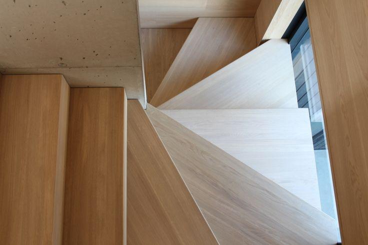 Tretrapp i eik mot betongvegg | Wooden oak stair concrete wall