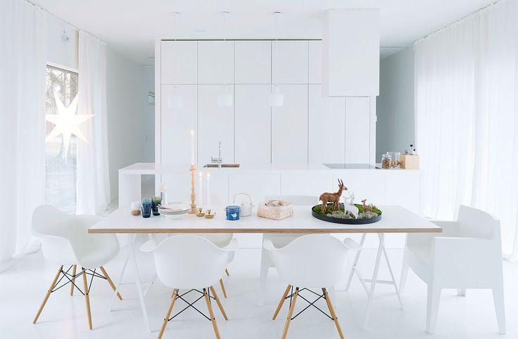 Senja on suunnitellut keittiön yhteistyössä Handy Hand -yrityksen kalustepuuseppä Heikki Lohen kanssa. Keittiö toteutettiin mittatilaustyönä. Keittiön taso on Hi Macs -materiaalia. Liesituulettimen kotelointi on Jaakon tekemä. Ruokapöydän kansi on laminoitua vaneria, se on teetetty Vantaan Puutuotteessa. Pöydän jalat ovat Ikeasta ja puujalkaiset tuolit ovat Eamesien Vitralle suunnittelemat DSW-tuolit. Valkoiset muovituolit Vepsäläiseltä.