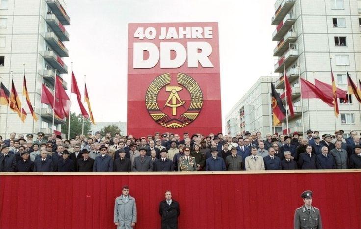 Bundesarchiv Bild 183-1989-1007-402, Berlin, 40. Jahrestag DDR-Gründung, Ehrengäste - Erich Honecker - Wikipedia, the free encyclopedia