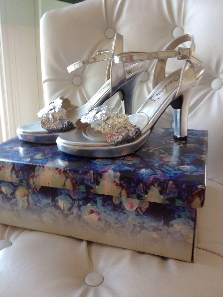 Zapatos plateados, plataforma con algo de taco finito. Súper elegantes