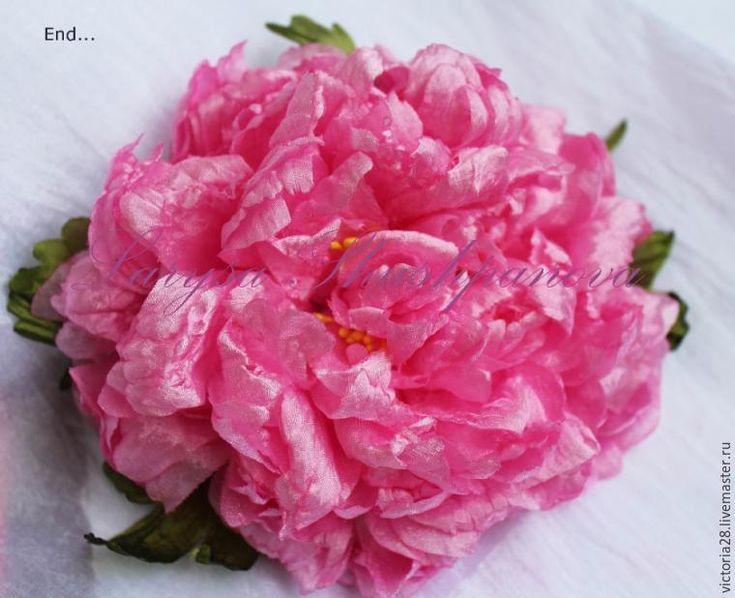 Цветы — украшение нашей жизни. Цветы с нами во всех наших жизненных событиях — свадьба, день рождения, 8 марта и другие праздники. Но в украшении своего образа мы часто используем декоративные цветы в виде броши, заколки, браслета, бутоньерки, ободка, а также для украшения интерьера. Украшение из цветов способно придать женскому образу законченность и стильность, сделать образ более …