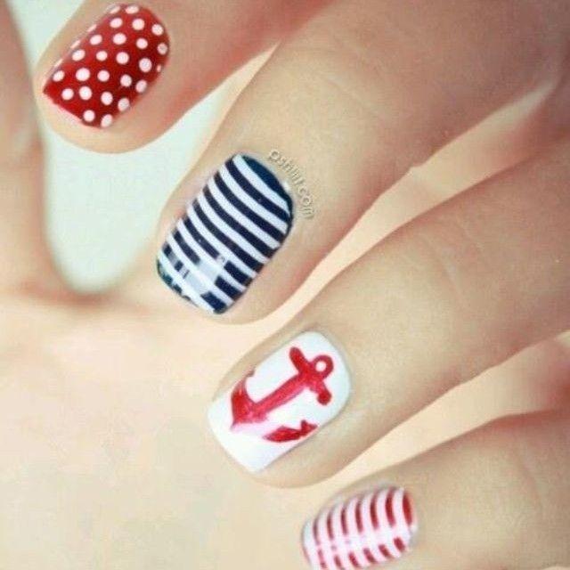 Lindas uñas de diseños variados, rojo con lunares blancos, rayas azul marino y blanco, blanco y el dibujo de un ancla en rojo y rayas blancas y rojas.