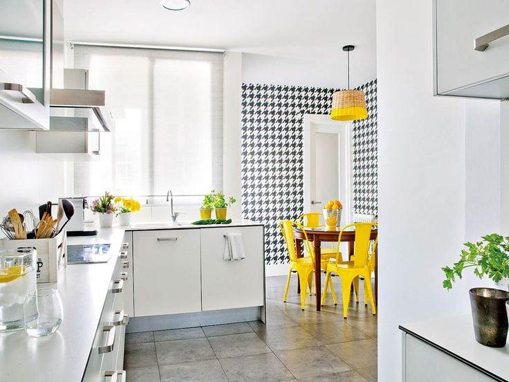 Una #cocina bien vestida con pata de gallo en el #office