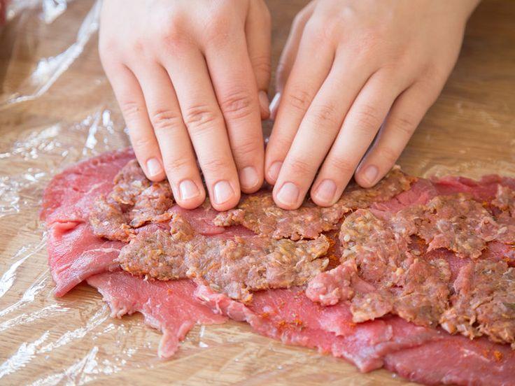 Döner zu Hause selber machen? Ja das funktioniert. Vom Fladenbrot über Fleisch, Krautsalat und Saucen - hier erfährst du, wie dir der DIY-Döner gelingt.