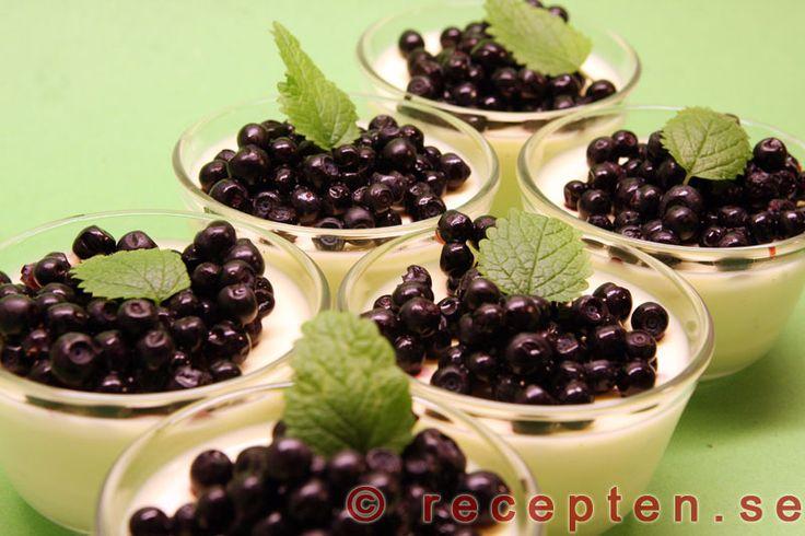 Limepannacotta - Pannacotta med lime och vanilj. Mycket gott och enkelt recept p� dessert. Endast 15 minuters arbetsinsats.