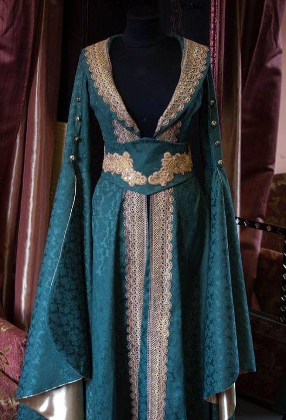 Une robe d'inspiration médiévale pour une jeune fille fée. Nous avons été inspirés par le Seigneur des anneaux et jeu de modèles de trônes, essayant de créer une tenue parfaite pour une fantaisie Dame. Ce genre de robe pourrait être facilement porté par Margaery Tyrell ou Sansa Stark dans les jardins d'été de l'atterrissage du roi. La robe est ornée de dentelle de couleur semblable à la doublure dorée sur les manches de teint à la main.  Les manches énormes eux-mêmes ont été inspirés par les…