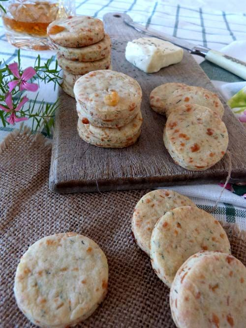 Galletitas de queso de cabra y eneldo. Masitas saladas ideales para un snack.