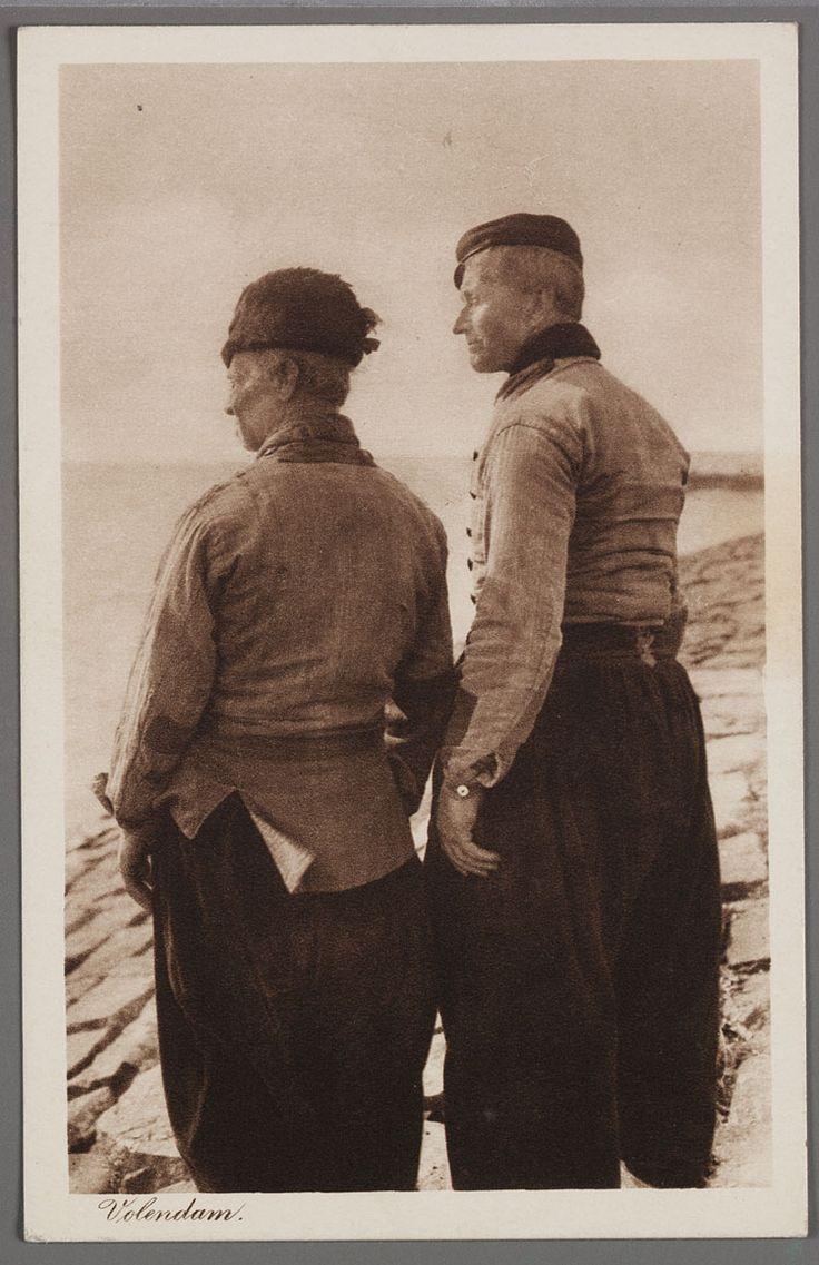 Portret van twee vissers op de rug gezien. 1910-1914 #NoordHolland #Volendam