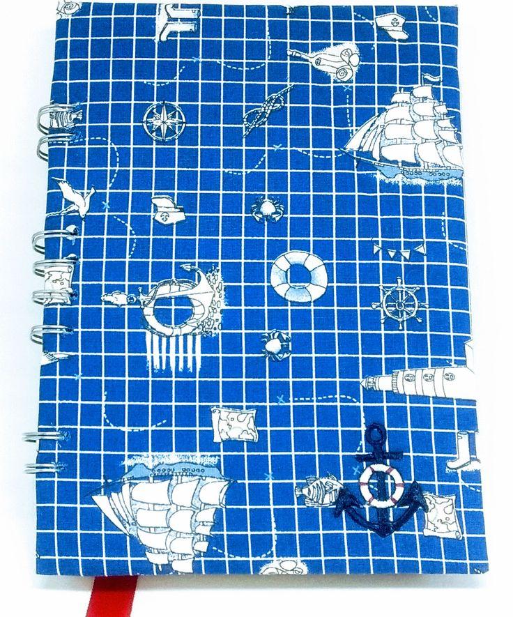 Agenda Motivo Náutico, confeccionada em papelão e tecido 100% algodão com wire-o e folhas internas em papel recicaldo.