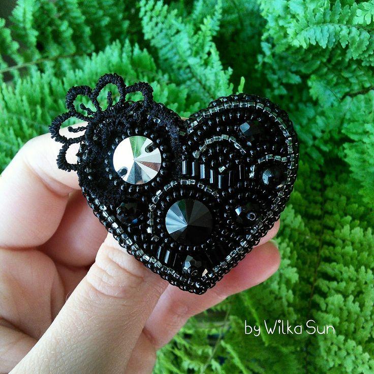Черная брошь сердце