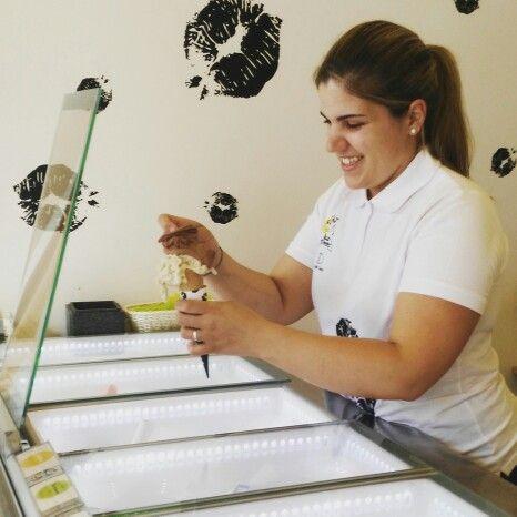 Silvia poniendo su primer cucurucho en su primer día de trabajo