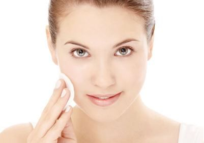 For every person is important to have a healthy and nourished skin. One of the most simple ways to preserve the moisture of the skin is the use of face tonic.