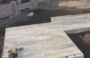 how to build a deck area using pallets