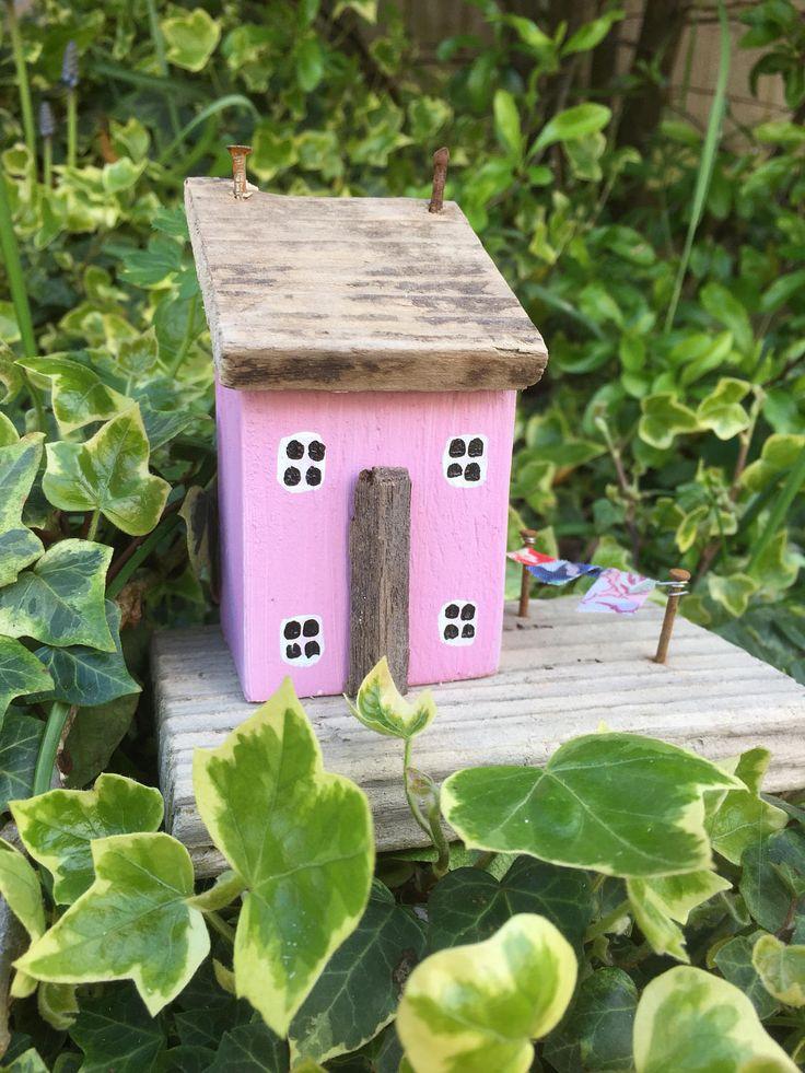 Roze home decor, drijfhout cottage, drijfhout huis, nieuwe huis cadeau, verjaardag cadeaus voor haar, houten huis, drijfhout kunst, natuurlijke home decor door OntheTide op Etsy https://www.etsy.com/nl/listing/507774310/roze-home-decor-drijfhout-cottage
