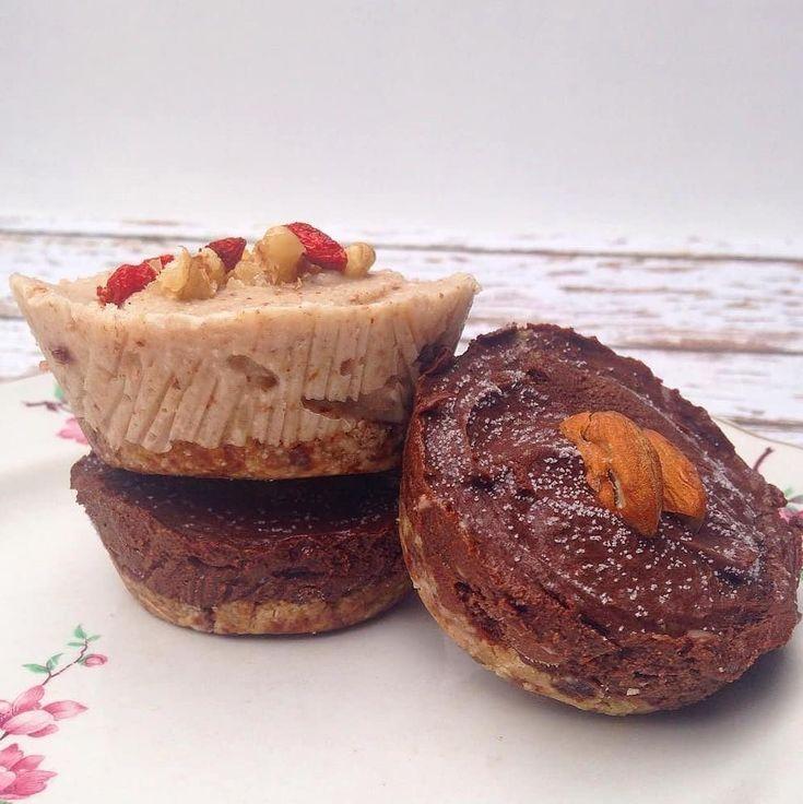 **pastelitos crudos de chocolate  Para un molde de 18 cms o 8 porciones tipo cupcake Base: -3/4 taza frutos secos -1/2 taza avena instantanea -3/4 taza dátiles remojados Relleno: -3 paltas medianas justas de maduras -1 taza cacao amargo -1/3  taza aceite de coco -1/2 taza miel o agave (o lo que prefieran para endulzar, van probando) -1 cada vainilla Para la base procesar los ...
