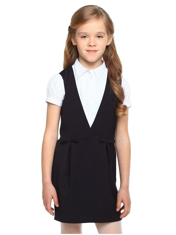 Школьный сарафан выполнен из мягкой костюмной ткани. Верх изделия с небольшим запахом, юбка со встречными складками. На талии спереди декоративные банты. Застежка на потайную молнию в боковом шве.