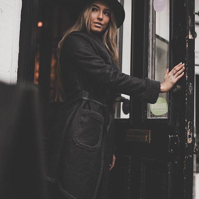 Black 🖤 Cozy sunday in black coat ✨✨ 25% OFF >> CODE PROMO : NOEL25 (Shop this coat at joelledesaulniers.com) 📦