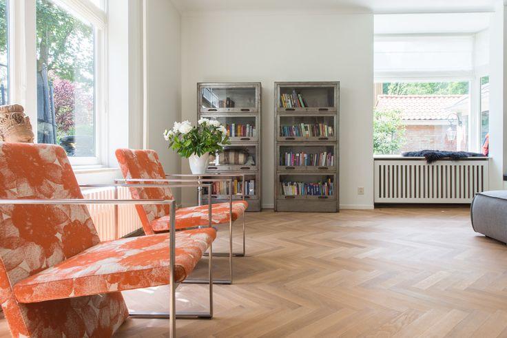 Een lichte woonkamer met een Eiken Visgraat Vloer, Naturola Geolied. http://baltussenparket.nl/klantcases/eiken-visgraat-vloer-naturola-geolied-zeist/