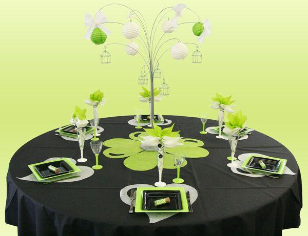 Cette décoration de table à l'ambiance très irlandaise a été créée sur une table ronde, une fois n'est pas coutume. Une nappe noire accueille une décoration simple mais efficace, avec un centre de table monumental. Les couleurs de cette création sont le blanc, le vert anis et le noir.