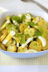 La salade aux pommes de terre et aux œufs est fondante et rafraichissante.