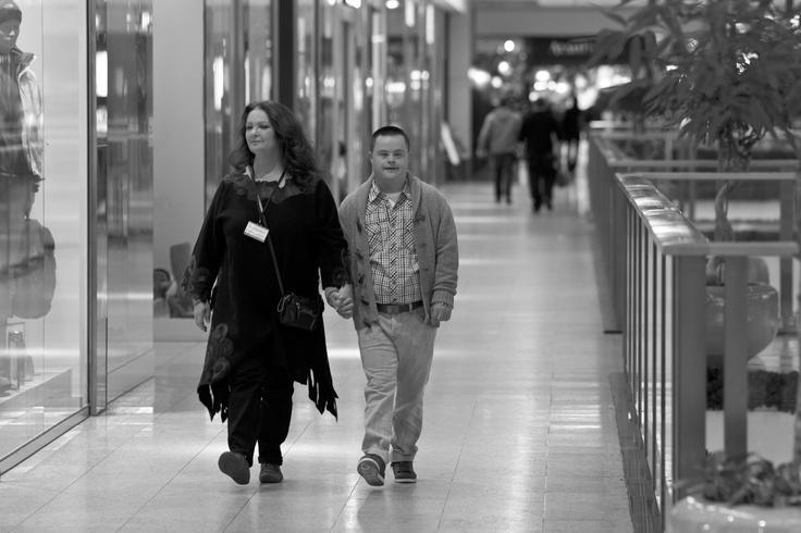 Anna Dymna i Łukasz na planie filmowym w Galerii Krakowskiej - trwają przygotowania do pierwszych ujęć. fot. Maciej Plewiński